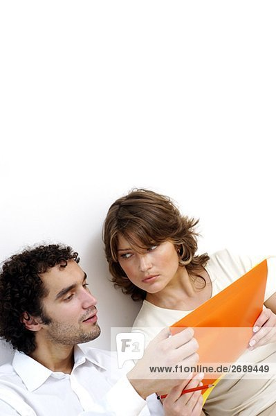 Nahaufnahme eines jungen Paares diskutieren Dokumente