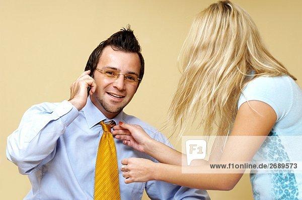 Geschäftsfrau anpassen ein Geschäftsmann Krawatte