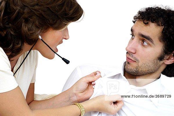 Nahaufnahme einer jungen Frau ziehen das Shirt eines jungen Mannes