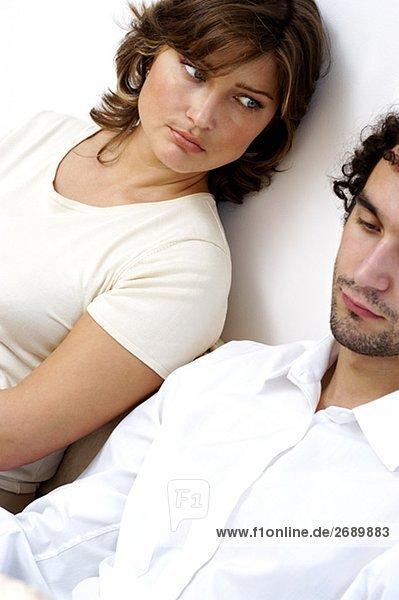 Nahaufnahme eines jungen Paares sitzen gegen eine Wand