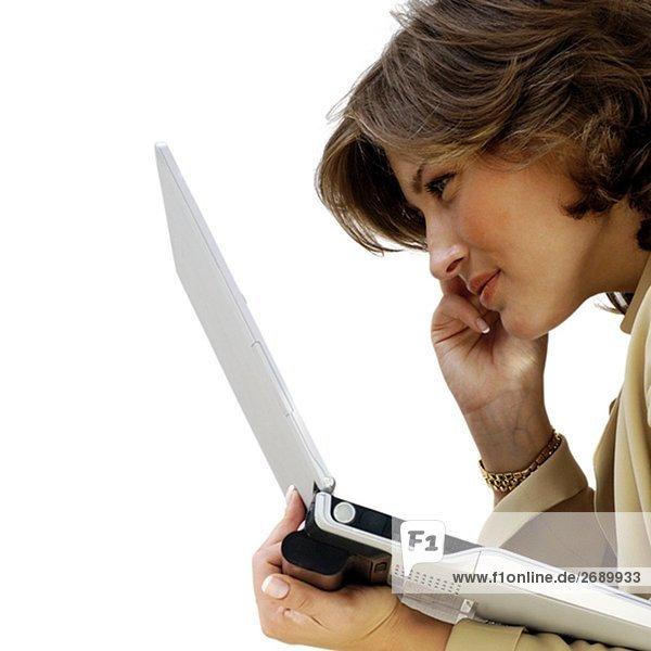 Seitenansicht eine geschäftsfrau hält einen laptop