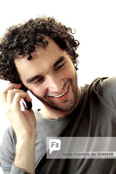 Nahaufnahme eines jungen Mannes reden auf einem Mobiltelefon