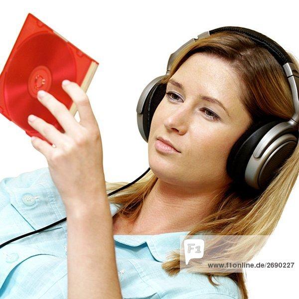 Nahaufnahme der geschäftsfrau Kopfhörer Blick auf einer CD-Hülle