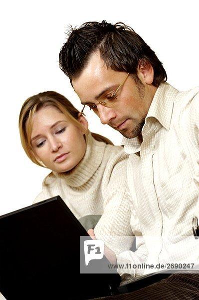 Kaufmann und eine Geschäftsfrau sitzt vor einem laptop