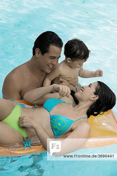 hoch oben Sohn Menschliche Eltern Ansicht Flachwinkelansicht Schwimmbad Winkel