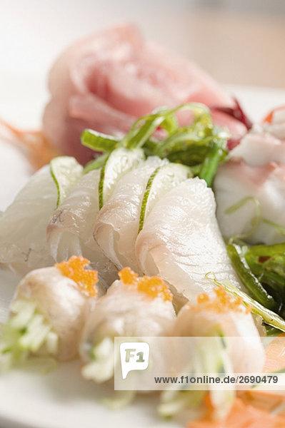 Nahaufnahme der vorbereiteten Fische gekrönt mit Kaviar in einem Teller