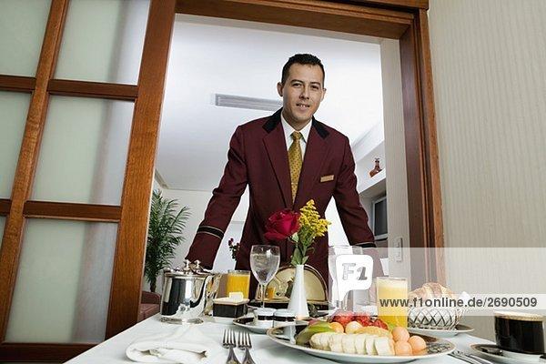 Porträt von einem Kellner servieren