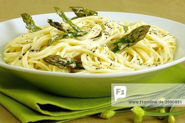 Nahaufnahme einer Schale von Spaghetti mit Spargel Nahaufnahme einer Schale von Spaghetti mit Spargel
