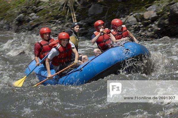Fünf Personen in einem Fluss rafting