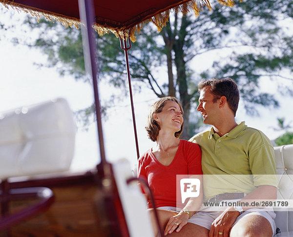 Nahaufnahme eines jungen Paares sitzen und Blick auf einander  Bermuda