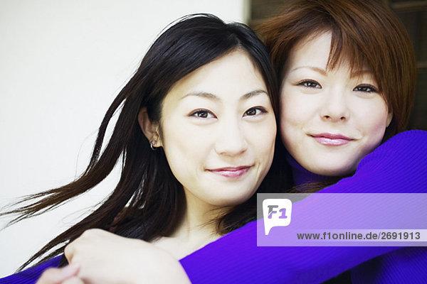 Porträt von zwei jungen Frauen Lächeln