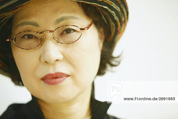 Senior Senioren Portrait Frau Brille Kleidung