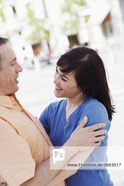 Nahaufnahme einer jungen Frau umarmen einen älterer Mann