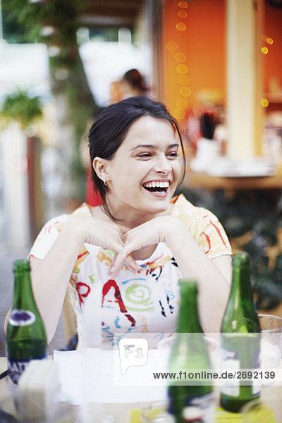 Frau sitzen an einem Tisch in einem Restaurant und lächelnd