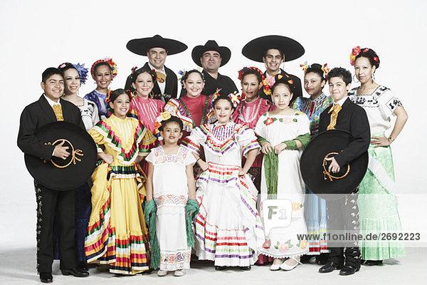 Portrait einer Gruppe von Menschen in traditioneller Kleidung