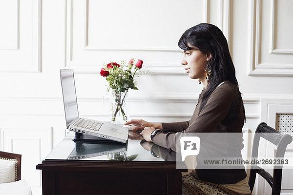 Seitenansicht einer jungen Frau mit einem laptop