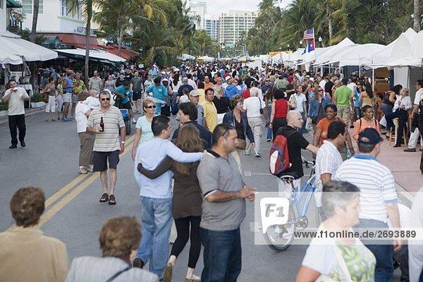 Gruppe von Menschen in einem Straßenmarkt