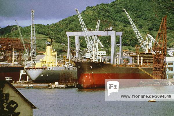Containerschiffe in einer Werft  Nagasaki  Japan