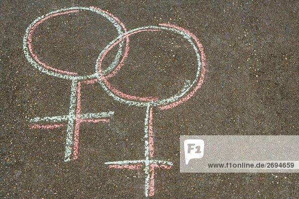 Erhöhte Ansicht der weibliche Symbole gezeichnet auf der Straße