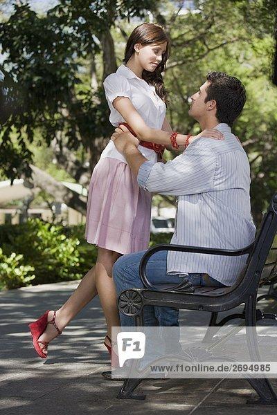 Seitenansicht eines jungen Paares romancing in einem park