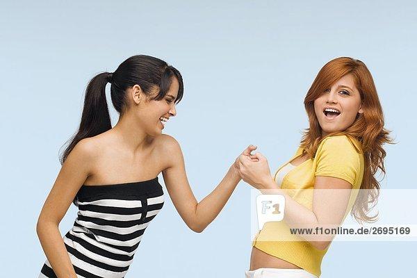 Nahaufnahme der zwei jungen Frauen zusammen zu spielen