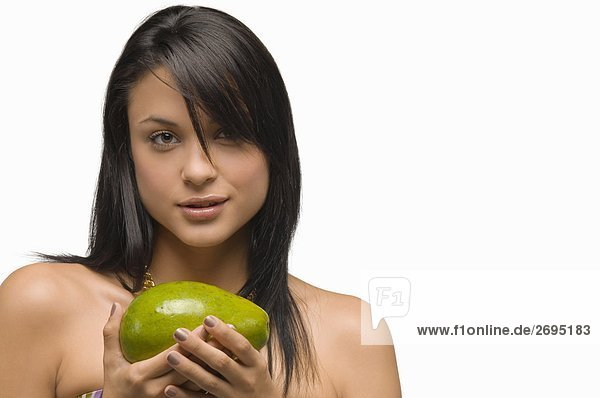 Portrait of a junge Frau hält ein avocado