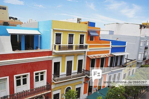 Erhöhte Ansicht von Gebäuden entlang einer Straße  Old San Juan  San Juan  Puerto Rico
