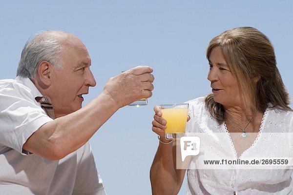 Senior Senioren lächeln Saft