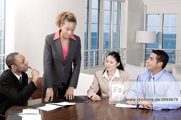 Zwei Geschäftsleute und zwei Geschäftsfrauen in einer Besprechung