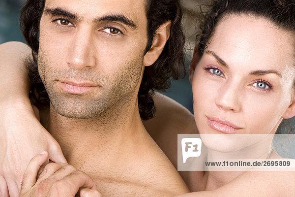 Portrait einer jungen Frau umarmen einen Mitte Erwachsenen Mann von hinten
