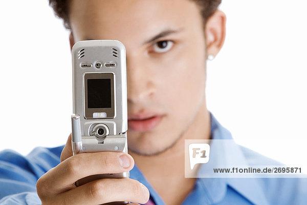Nahaufnahme eines jungen Mannes ein Foto von sich selbst mit einem Mobiltelefon