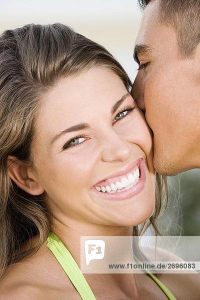 Nahaufnahme eines jungen Mannes küssen eine junge Frau