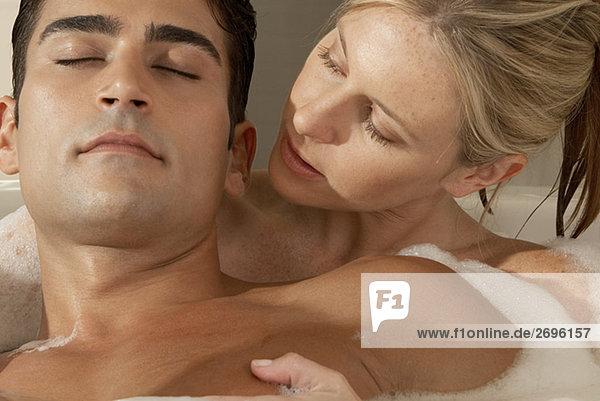 Nahaufnahme einer jungen Frau Blick auf ein junger Mann in der Badewanne