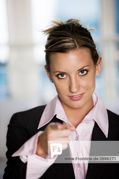 Porträt von geschäftsfrau zeigt nach vorne