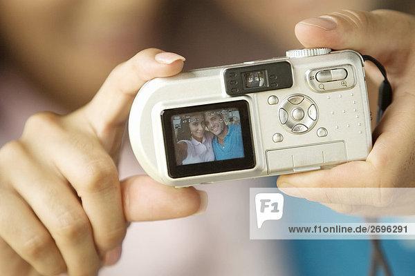 Nahaufnahme einer Person Hand halten einer Digitalkameras