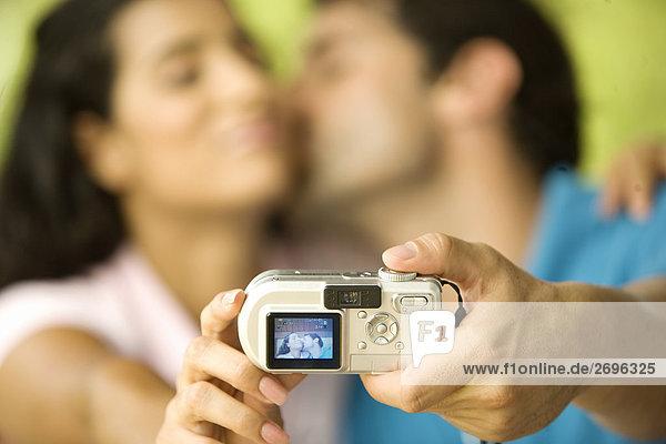 Mitte Erwachsenen Mann und eine junge Frau ein Foto von sich selbst