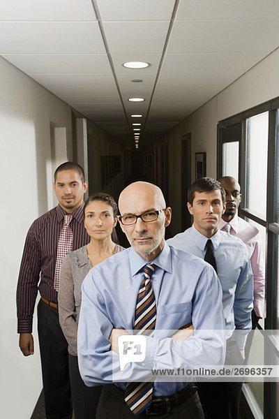 Korridor Korridore Flur Flure stehend Portrait Wirtschaftsperson Business