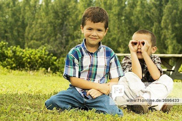 sitzend Portrait Junge - Person Rasen 2