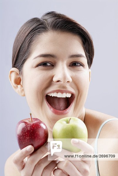 Portrait of a junge Frau hält zwei Äpfel