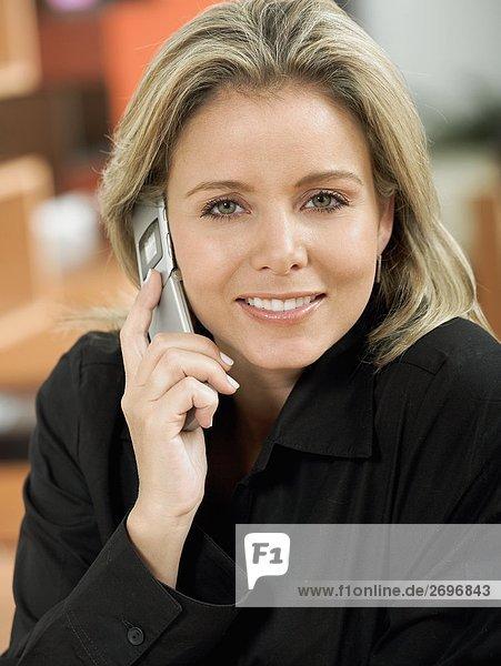 Portrait einer Mitte erwachsen frau Gespräch auf einem Mobiltelefon