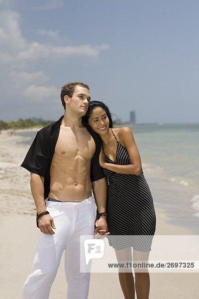 Nahaufnahme-ein junges paar steht am Strand