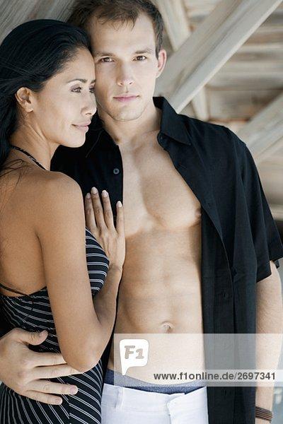 Nahaufnahme eines jungen Mannes umarmen eine junge Frau