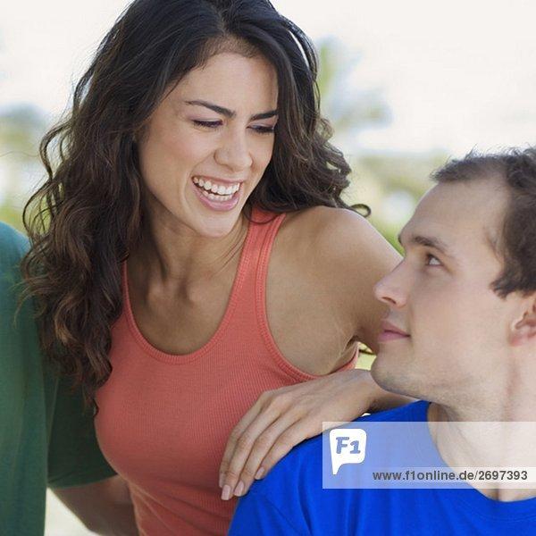 Nahaufnahme eines jungen Paares Blick auf einander