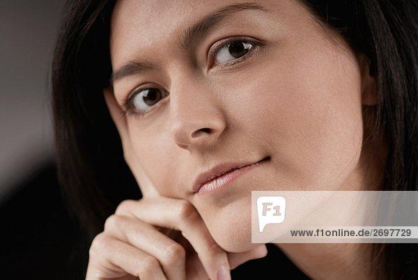 Portrait einer jungen Frau denken