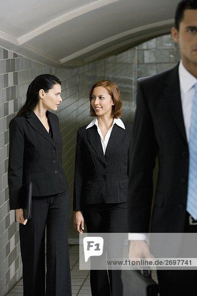 Geschäftsleute zu Fuß in einer u-Bahnstation
