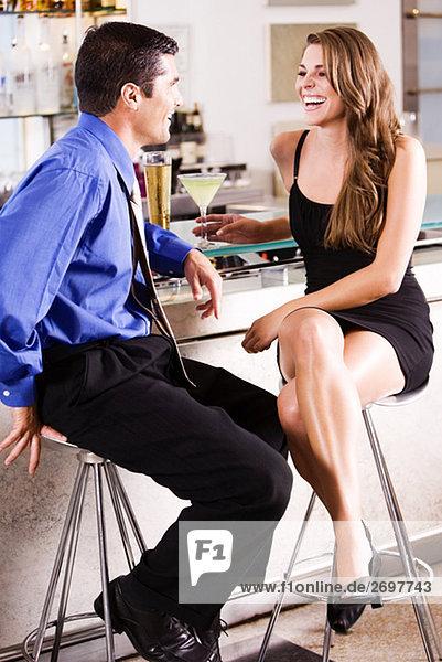 Seitenansicht eines Mitte Erwachsenen Mann und eine junge Frau in einer Bar Counter