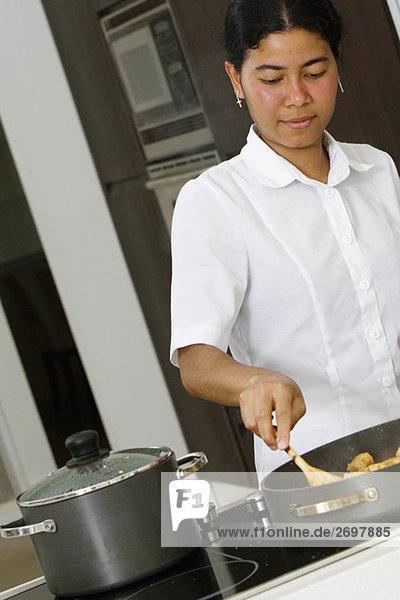 Maid Essen in der Küche zubereiten