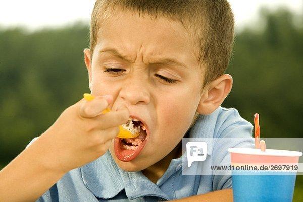 Nahaufnahme eines jungen essen