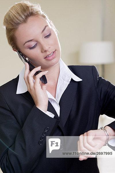 Nahaufnahme der geschäftsfrau Gespräch auf einem Mobiltelefon