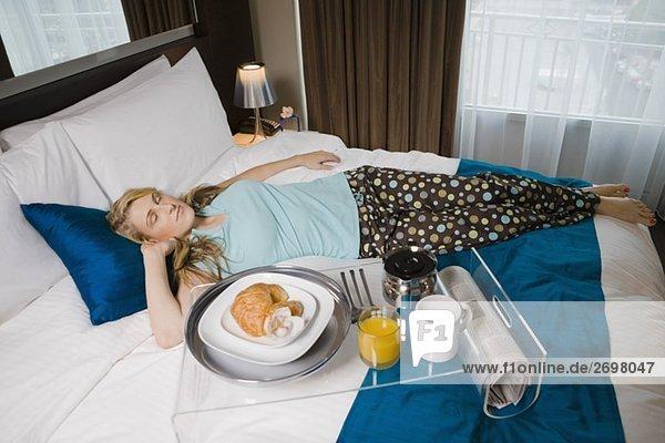 Junge Frau auf dem Bett schlafen